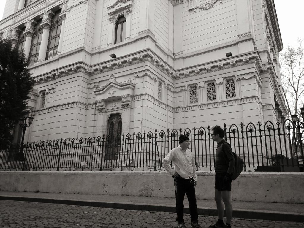 Shaul Ladany et le journaliste Andrea Schiavon, auteur de sa biographie italienne devant la Grande synagogue de Rome (Autorisation : Moked.it/Pagine Ebraiche)