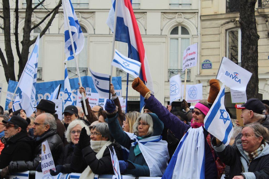 Les manifestants, équipés de nombreux drapeaux israéliens et pancartes, ont crié leur soutien à Israël, le 15 janvier 2017 (Crédit : Glenn Cloarec/Times of Israël)