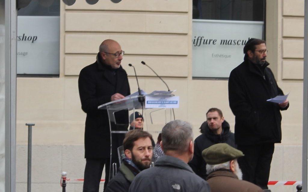 Francis Kalifat, président du CRIF, lors de son discours à Paris contre la conférence de Paix (Crédit : Glenn Cloarec/Times of Israël)