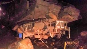 Le tank du sergent Ido Ben-Ari, qui s'est renversé pendant un exercice sur le plateau du Golan, tuant le sergent et blessant trois autres soldats le 24 novembre 2016. (Crédit : Twitter)