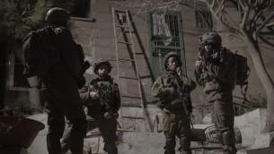 Soldats israéliens pendant une opération à Hébron, le 30 janvier 2017. (Crédit : unité des porte-paroles de l'armée israélienne)