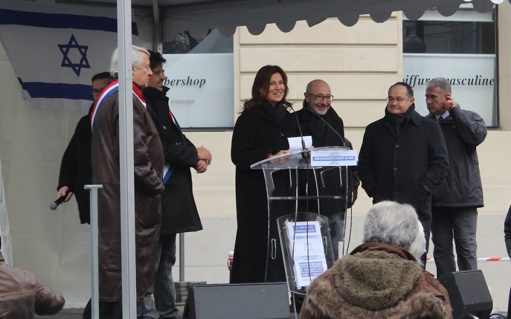 Aliza Bin-Noun, ambassadrice d'Israël en France, sur la tribune à Paris contre la conférence de Paix (Crédit : Glenn Cloarec/Times of Israël)
