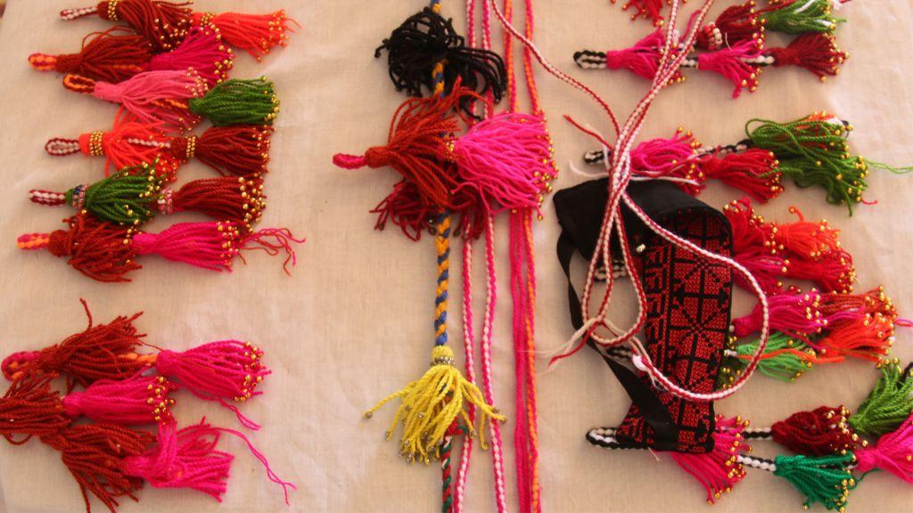 Les objets artisanaux réalisés par Amal Abo Alqom.  Son organisation connecter des femmes jeunes avec des Bédouines plus âgées pour assurer la transmission des artisanats. (Crédit : Shmuel Bar-Am)