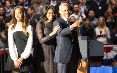 Le président Barack Obama, son épouse Michelle Obama, et leur fille Malia après le dernier discours du président à Chicago, le 10 janvier 2017. (Crédit : Ronit Bezalel/Times of Israël)