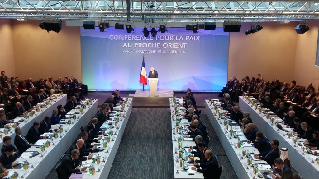 Jean-Marc Ayrault, ministre français des Affaires étrangères, inaugure la conférence pour la paix au Proche Orient organisée à Paris, le 15 janvier 2017. (Crédit : Twitter/Jean-Marc Ayrault)
