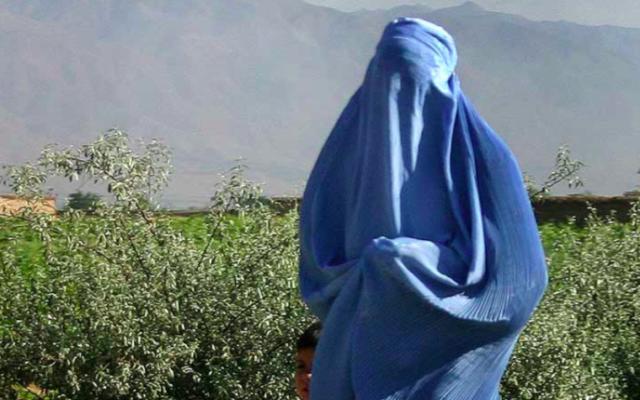 Illustration d'une Afghane portant une burqa en 2005 (Crédit : CC BY-SA 2.0)