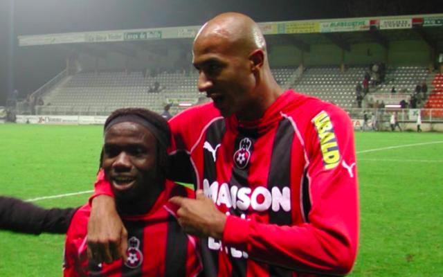 Olufadé et Sammy Traoré en 2002 sous les couleurs de l'O.G.C.Nice (Crédit: Wikimedia Commons)