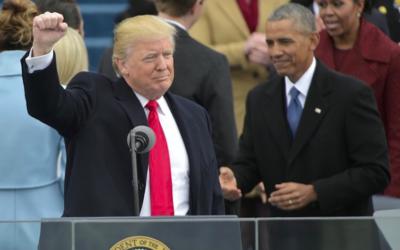 Les présidents américains Donald Trump et Barack Obama, pendant la cérémonie d'investiture du premier, au Capitole, le 20 janvier 2017. (Crédit : Mandel Ngan/AFP)