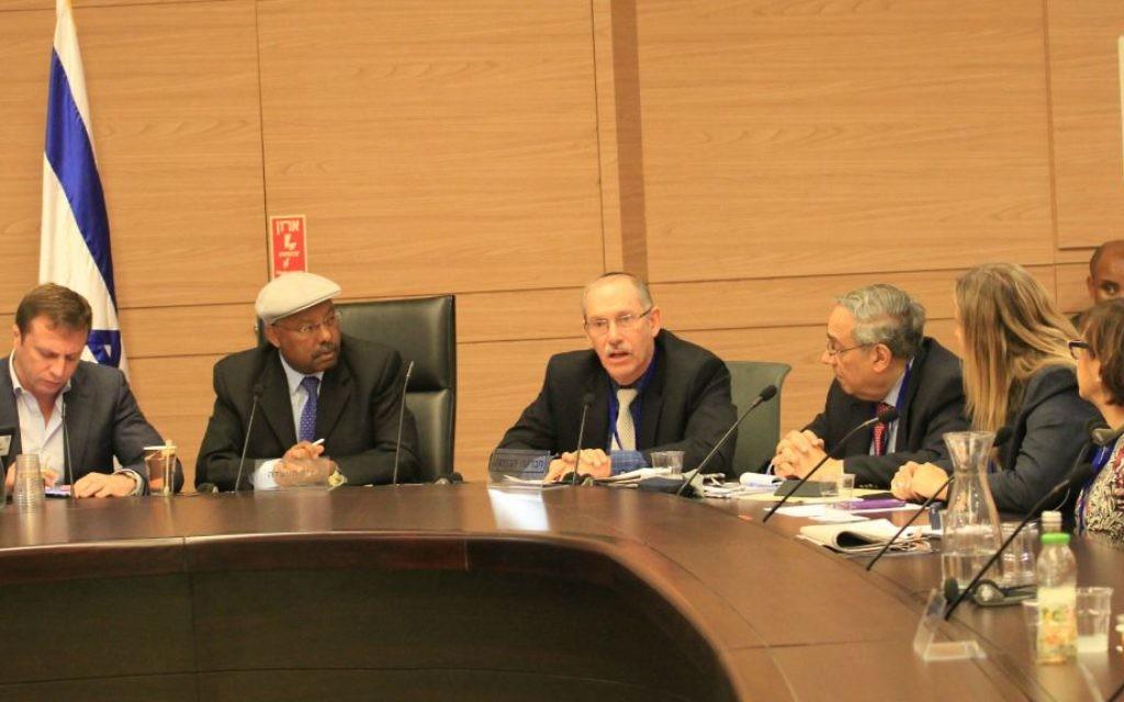 Dov S. Zakheim, au centre, coprésident de l'American Jewish Committee's Jewish Religious Equality Coalition, pendant une réunion de la commission de l'Immigration, de l'Intégration et de la Diaspora de la Knesset, le 11 janvier 2017. (Crédit : AJC)