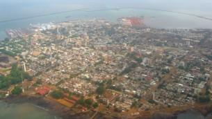 Vue aérienne de Conakry, capitale de la République de Guinée. (Crédit : CC BY-SA/Wikipedia)