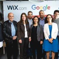 Le ministre des Finances Moshe Kahlon, troisième à partir de la droite, lors du lancement du projet Digital Starter dans les bureaux de Google à Tel Aviv. Sont également présents, le président de Wix, Nir Zohar (à droite) et le PDG de Google Israël Meir Brand, cinquième personne à partir de la droite (Crédit : Tomer Foltyn)