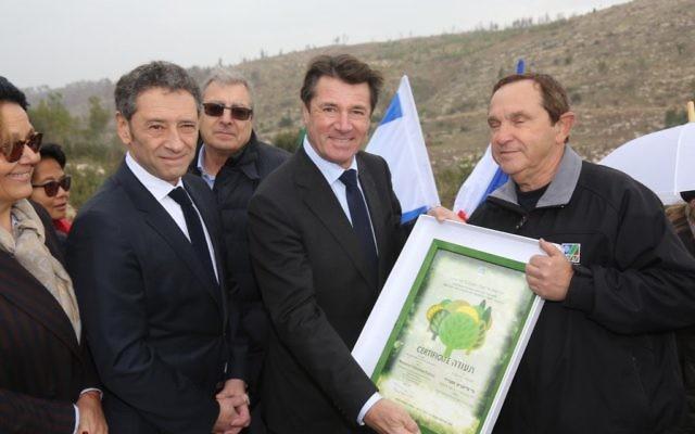 Christian Estrosi entouré de cadres du KKL lors de sa visite en décembre 2016 (Crédit: KKL France)