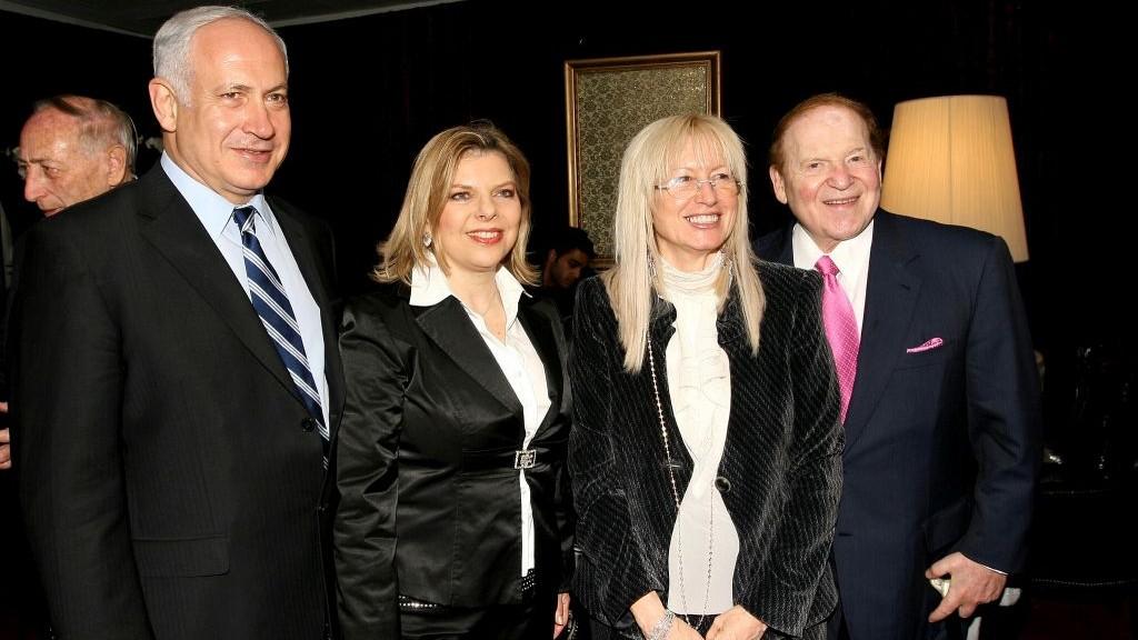 Le milliardaire américain Sheldon Adelson (à droite) et son épouse Miriam Ochshorn avec Benjamin Netanyahu et sa femme Sara Netanyahu lors de la conférence présidentielle israélienne de Jérusalem, le 13 mai 2008 (Crédit : Anna Kaplan /Flash90)
