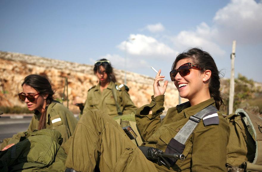 Des militaires israéliens attendent un bus à côté de  Ramallah, le 1er octobre 2009 (Crédit :  Matanya Tausig/Flash 90)