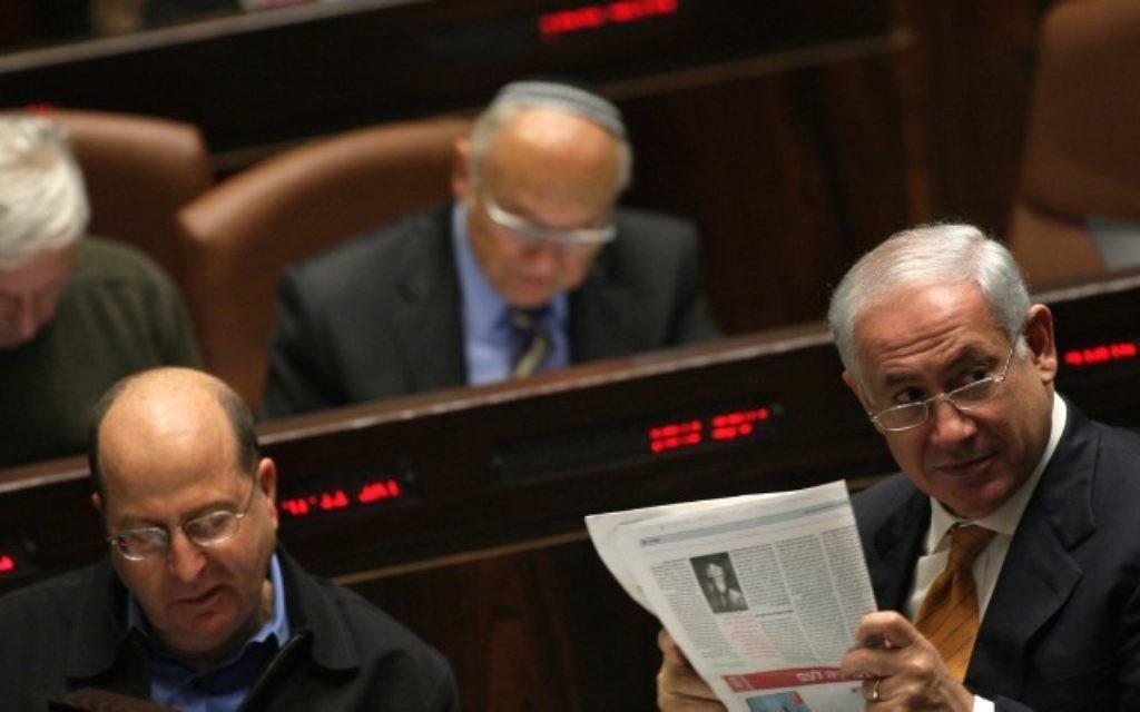 Le Premier ministre Benjamin Netanyahu lit le journal à la Knesset, le 6 janvier 2010. (Crédit : Kobi Gideon/Flash90)
