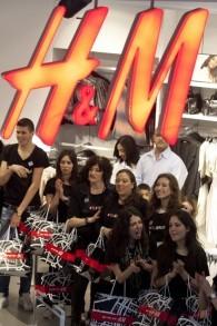 Les employés de H&M à l'ouverture du magasin de Jérusalem de cette marque suédoise de prêt à porter, une semaine après l'ouverture de la boutique de Tel Aviv, en mars 2010 (Crédit David Vaaknin/Flash 90)