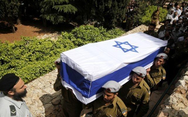 Des soldats israéliens portent le cercueil de leur camarade, en 2012. Illustration. (Crédit : Miriam Alster/Flash90)
