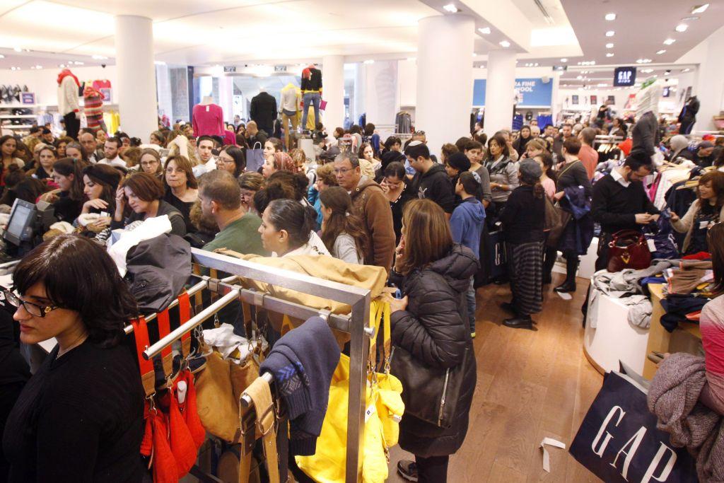 Lors d'une solde d'une heure à moins 50% chez Gap, des milliers de personnes ont afflué dans les différents magasins d'Israël (Crédit : Miriam Alster/Flash 90)