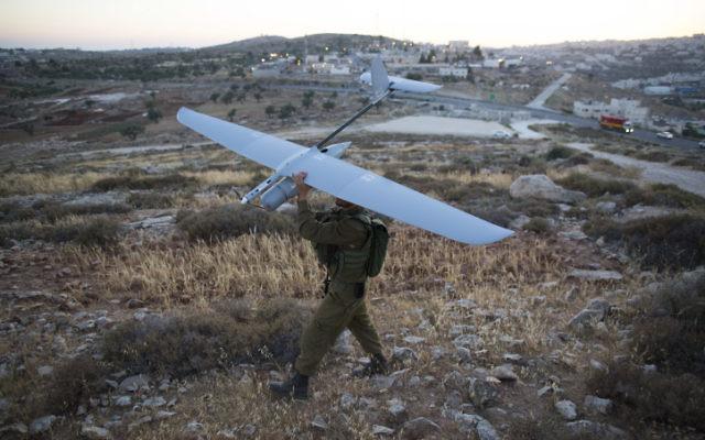 Un soldat israélien avec un drone Skylark, en Cisjordanie. Illustration. (Crédit : Yonatan Sindel/Flash90)