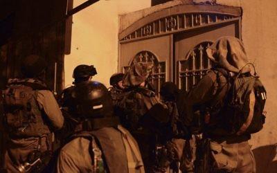 Photo d'illustration. La brigade Nachal 931 de l'armée israélienne pendant une patrouille au camp de réfugiés de Balata, près de Naplouse, le 18 juin 2014. (Crédit : unité des porte-paroles de l'armée israélienne/Flash90)