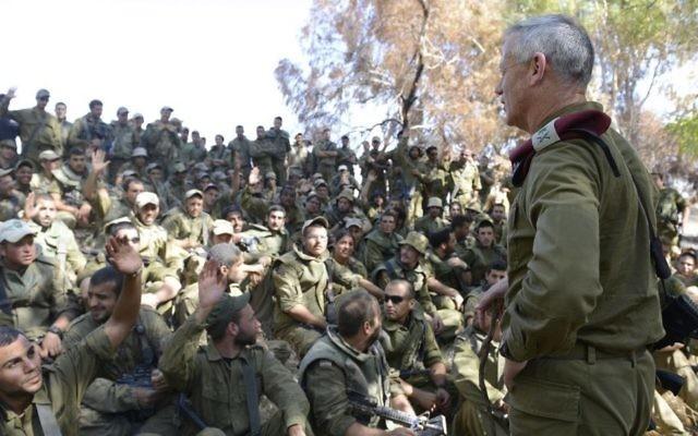 Benny Gantz, alors chef d'état-major, s'adresse aux soldats israéliens à la frontière de la bande de Gaza, le 26 juillet 2014. (Crédit : unité des porte-paroles de l'armée israélienne/Flash90)