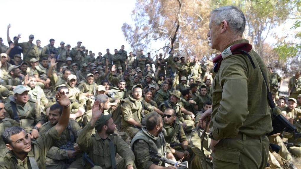 Benny Gantz, alors chef d'Etat-major, s'adresse aux soldats israéliens à la frontière de la bande de Gaza, le 26 juillet 2014. (Crédit : unité des porte-paroles de l'armée israélienne/Flash90)