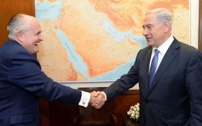 Le Premier ministre Benjamin Netanyahu (à droite) avec l'ancien maire de New York, Rudolph 'Rudy' Giuliani, au bureau du Premier ministre, à Jérusalem le 1er février 2015 (Crédit : Kobi Gideon / GPO)