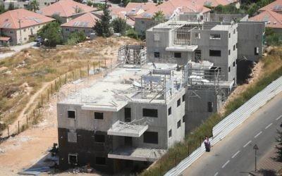 Deux immeubles de 24 logements en construction dans l'implantation de Beit El, près de Ramallah, en Cisjordanie, le 28 juillet 2015. (Crédit : Flash90)