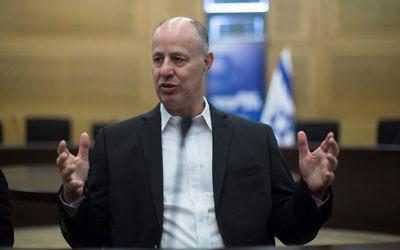 Tzachi Hanegbi, alors ministre de la Coopération régionale, en décembre 2015. (Crédit : Yonatan Sindel/Flash90)