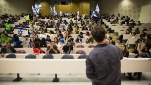 Manifestation d'étudiants pendant une conférence de l'ONG Breaking the Silence à l'université hébraïque de Jérusalem, le 22 décembre 2015. (Crédit : Hadas Parush/Flash90)