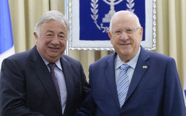 Le président Reuven Rivlin, à droite, et le président du Sénat français, Gérard Larcher, à la résidence présidentielle de Jérusalem, le 3 janvier 2017. (Crédit : Mark Neiman/GPO)