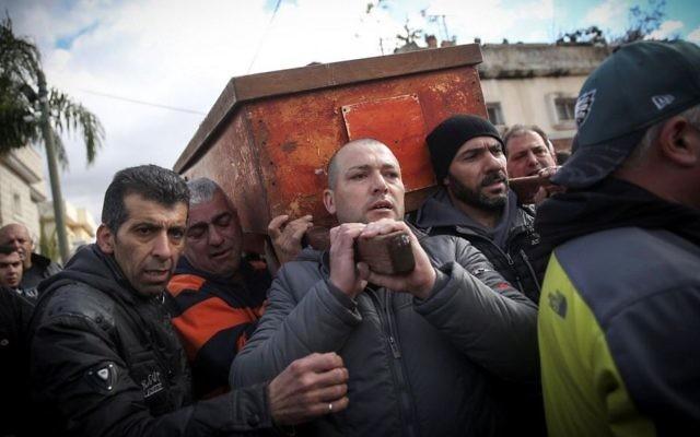 Des milliers de personnes ont assisté aux funérailles de Lian Zaher Nasser, 19 ans, dans son village natal de Tira, le 3 janvier 2016. Nasser est l'une des 39 personnes ayant été mortellement blessée lors d'une attaque terroriste à l'arme à feu commise dans une boîte de nuit d'Istanbul le soir du Nouvel An. (Crédit : Hadas Parush/Flash90)