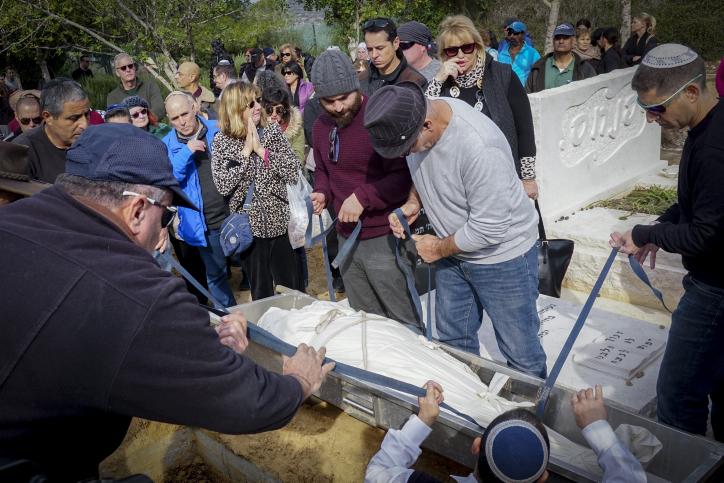La famille et des amis se sont rassemblés lors des funérailles de Guy Kafri, assassiné lors de la fusillade survenue à Haïfa, dans un cimetière de la communauté d'Ofer, au sud de Haifa, le 5 janvier 2017 (Crédit : Basel Awidat/Flash90)