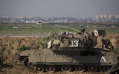 Soldats israéliens près de la frontière de la bande de Gaza, au niveau du kibboutz Nir-Am, dans le sud d'Israël, le 13 janvier 2016. Illustration. (Crédit :Hadas Parush/Flash90)