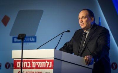 Ron Yaron, rédacteur en chef du quotidien israélien Yedioth Ahronoth, à Jérusalem, le 28 mars 2016. (Crédit : Hadas Parush/Flash90)