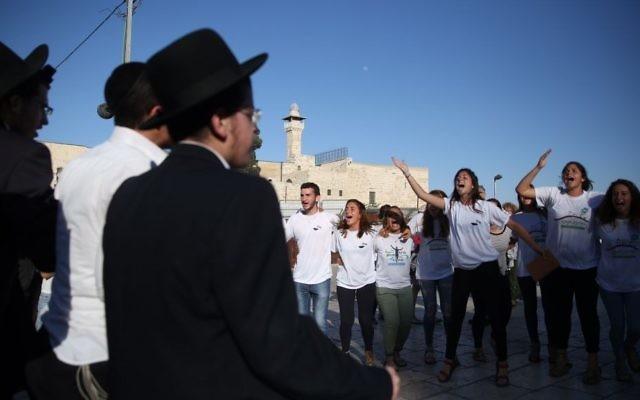 Des hommes ultra-orthodoxes protestent contre des hommes et des femmes libéraux qui prient devant le mur Occidental, dans la Vieille Ville de Jérusalem, le 16 juin 2016. (Crédit : Hadas Parush/Flash90)