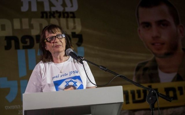 Zehava Shaul, la mère du soldat décédé, Oron Shaul, pendant un rassemblement marquant les deux ans depuis que Shaul a été capturé par le Hamas à la tente de protestation à l'extérieur de la résidence du Premier ministre Benjamin Netanyahu à Jérusalem le 20 juillet 2016 (Crédit : Hadas Parush / Flash90)