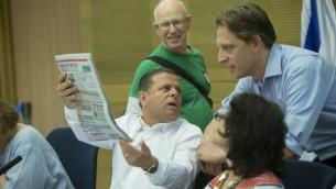 Eitan Cabel, député de l'Union sioniste, avec le quotidien Israel Hayom pendant une réunion de la commission de l'Economie de la Knesset, le 2 août 2016. (Crédit : Yonatan Sindel/Flash90)