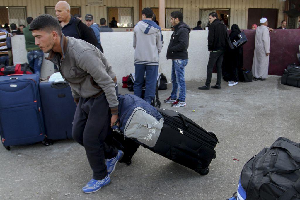 Des Palestiniens attendant un permis de voyage pour entrer en Egypte au poste-frontière de Rafah, dans le sud de la bande de Gaza, le 14 novembre 2016. (Crédit : Abed Rahim Khatib/Flash90)