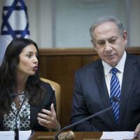 Le Premier ministre Benjamin Netanyahu et sa ministre de la Culture et des Sports Miri Regev pendant la réunion hebdomadaire du cabinet à Jérusalem, le 11 décembre 2016. (Crédit : Yonatan Sindel/Flash90)