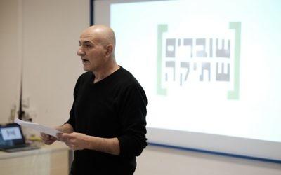 Le proviseur du lycée Alterman de Tel Aviv pendant une présentation de Breaking the Silence, le 18 décembre 2016. (Crédit : Tomer Neuberg/Flash90)