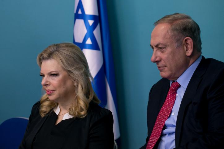 Le Premier ministre Benjamin Netanyahu et son épouse Sara dans les bureaux de celui-ci à Jérusalem, le 21 décembre 2016. (Crédit : Ohad Zweigenberg/Pool)
