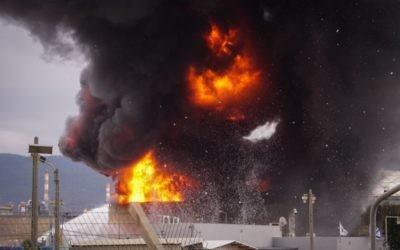Un incendie qui a éclaté dans une raffinerie de pétrole de Haïfa, le 25 décembre 2016. (Crédit : Meir Vaaknin/Flash90)
