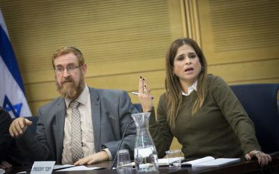 Le député du Likud Yehuda Glick et la députée de Koulanou Merav Ben-Ari, à la Knesset, le 28 décembre 2016. (Crédit : Miriam Alster/Flash90)