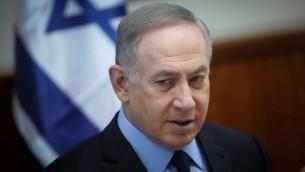 Le Premier ministre Benjamin Netanyahu pendant la réunion hebdomadaire du cabinet dans ses bureaux, à Jérusalem, le 1er janvier 2017. (Crédit : Alex Kolomoisky/Pool)
