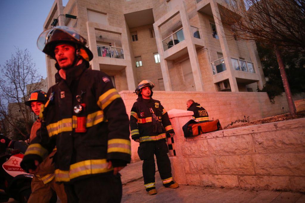 La scène d'un incendie mortel dans un appartement de Jérusalem, le 1er janvier 2017. (Crédit : Yonatan Sindel/Flash90)