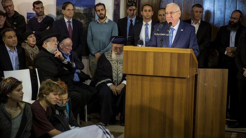 Le président Reuven Rivlin rend hommage à Yaakov Neeman, ancien ministre de la Justice et des Finances, avant ses funérailles au cimetière du mont des Oliviers de Jérusalem, le 2 janvier 2017. (Crédit : Hadas Parush/Flash90)