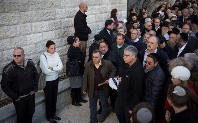 Funérailles de Yaakov Neeman, ancien ministre de la Justice et des Finances, au cimetière du mont des Oliviers de Jérusalem, le 2 janvier 2017. (Crédit : Hadas Parush/Flash90)