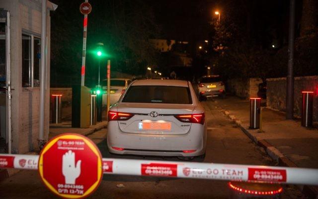 La police arrive à l'entrée de la résidence du Premier ministre pour interroger Benjamin Netanyahu sur des soupçons de corruption, à Jérusalem, le 2 janvier 2017. (Crédit : Hadas Parush/Flash90)