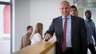 Le ministre de l'Education Naftali Bennett avant une réunion extraordinaire de son parti HaBayit HaYehudi dans l'implantation de Maale Adumim, en Cisjordanie, le 2 janvier 2017. (Crédit : Yonatan Sindel/Flash90)
